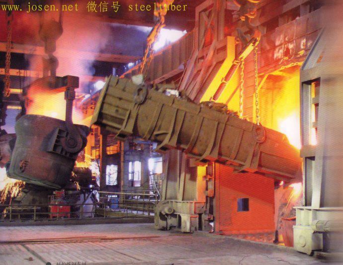 向氧气转炉内倒入铁水和废钢.jpg